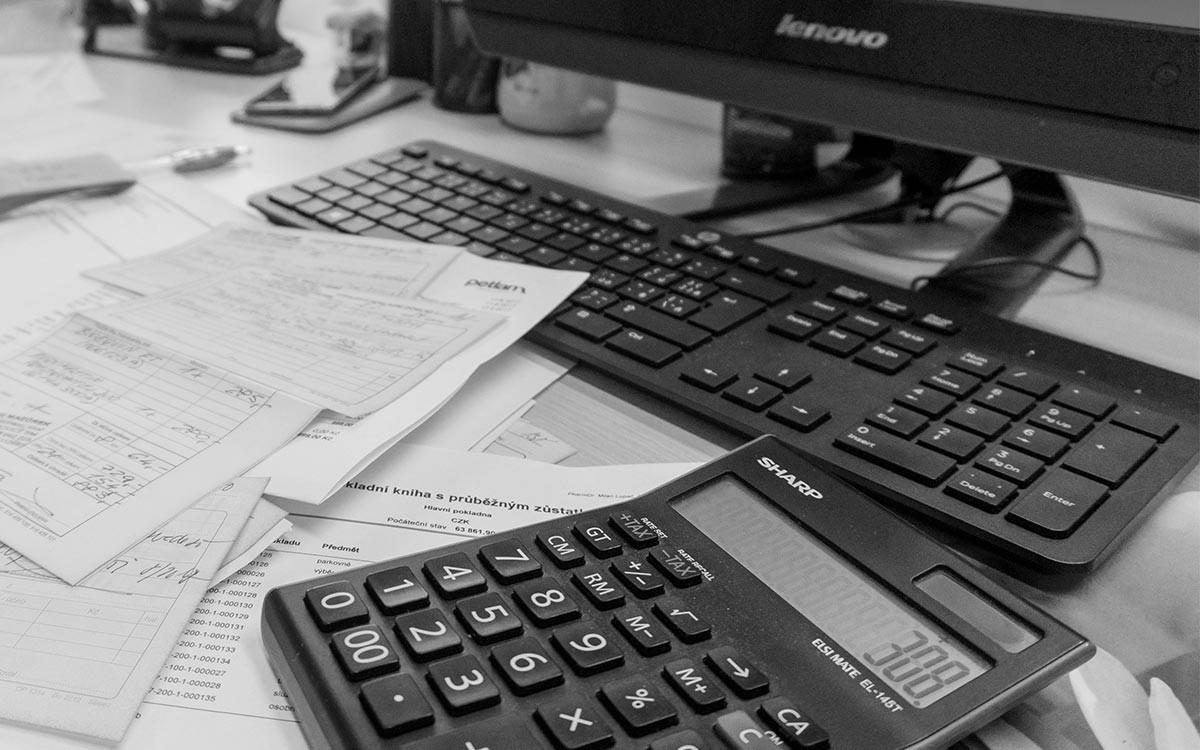 Vláda schválila zvýšení minimální mzdy na12200 Kč
